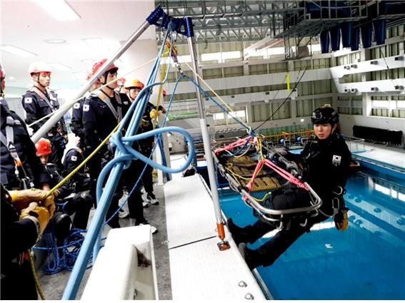 해양경찰교육원, 해경 최초 로프구조술 가이드북 펴내
